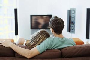 Он и она за просмотром фильма. Фото с сайта s4astlivaya.blogspot.com